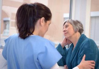 Ilyenkor vagy szakít időt egy családtag az idős rokon ápolására, vagy megbíz valakit a gondozással.